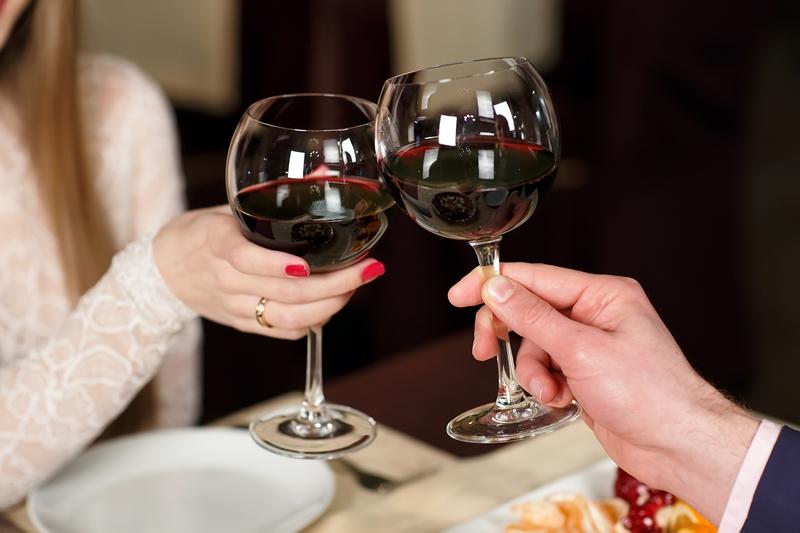 ワイングラスで乾杯する男女