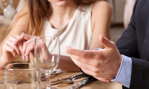 レストランで会話する男女