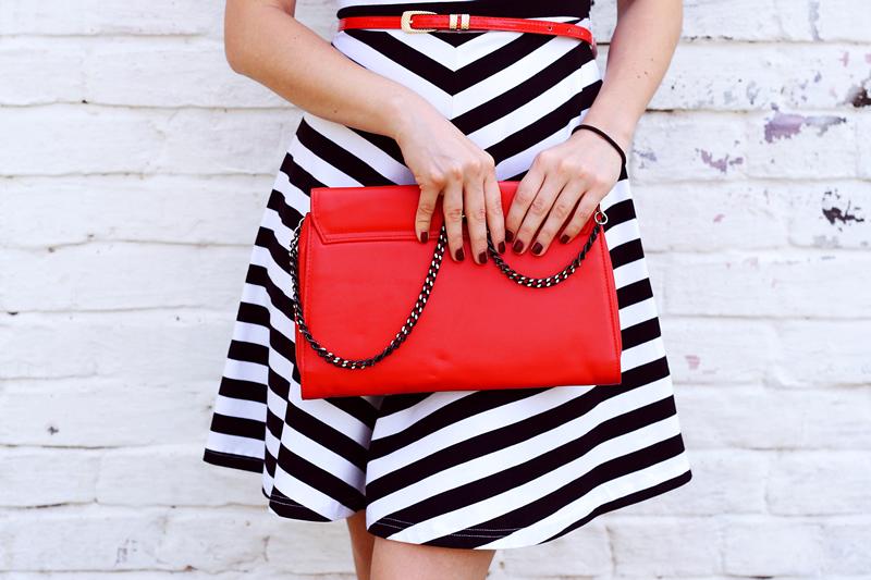 赤い鞄を持った女性